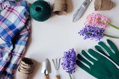 Trädgårdsmästarestillebensammansättning med vårförberedelser för gårdarbete Royaltyfri Fotografi