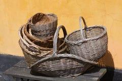 Trädgårdsmästaretappningkorgar på ett romantiskt gammalt lantligt lantgårdhus - retro stilleben Arkivbild