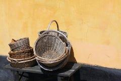 Trädgårdsmästaretappningkorgar på ett romantiskt gammalt lantligt lantgårdhus - retro stilleben Arkivbilder