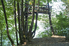 Trädhus vid floden Fotografering för Bildbyråer