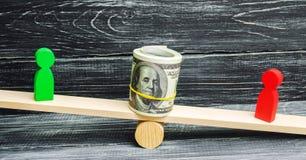 Trädiagram av folk på våg och dollar dem emellan en tvist mellan två affärsmän prov Skuldsanering timpenning ar royaltyfri fotografi