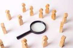 Trädiagram av folk står runt om förstoringsglaset och ser till mitten Begreppet av sökandet för folk och arbetare Royaltyfri Bild