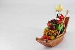 Trädockor en kvinna som säljer frukter Royaltyfria Foton