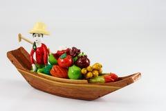 Trädockor en kvinna som säljer frukter Arkivbild