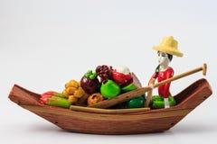 Trädockor en kvinna som säljer frukter Arkivbilder