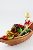 Trädockor en kvinna som säljer frukter Arkivfoton