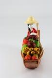 Trädockor en kvinna som säljer frukter Arkivfoto