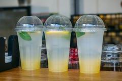 Trädplast-koppar med lemonad i snabbmatkafé Royaltyfria Bilder