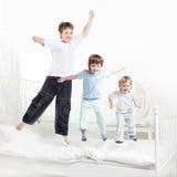 Trädpojken hoppar Fotografering för Bildbyråer