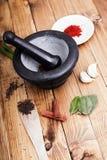 Trädskedar med kryddor och en packe av örter royaltyfri fotografi