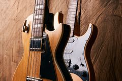 Träelektrisk elbas och klassisk elektrisk gitarr Arkivbilder