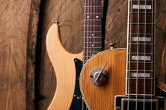 Träelektrisk elbas och klassisk elektrisk gitarr Fotografering för Bildbyråer