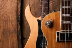 Träelektrisk elbas och klassisk elektrisk gitarr Arkivfoto