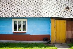 träfärgglatt hus Arkivbilder