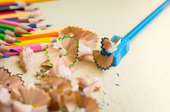 Träfärgrika blyertspennor med att vässa shavings Royaltyfri Fotografi