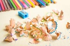 Träfärgrika blyertspennor med att vässa shavings Arkivbild
