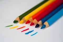 Träfärgrika färgpennor ritar på en vit bakgrund med utdragna linjer Royaltyfria Foton