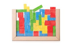 Träfärgrika leksakkvarter, byggande tegelstenar, byggnadskvarter som isoleras på en vit bakgrund Arkivbilder