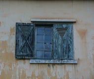 Träfönster av det gamla huset royaltyfri foto