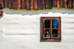 Träfönster blekt vit stuga, Slovakien Arkivbild