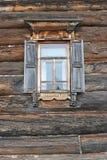 Träfönster i trähus Arkivfoto