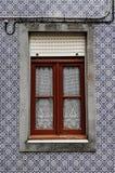 Träfönster i typisk hus med blåa tegelplattaväggar royaltyfri bild