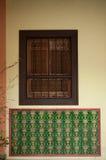 Träfönster i väggen abstraktion Arkivbilder