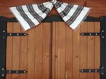 Träfönster med en torkduk med svartvita band royaltyfria bilder