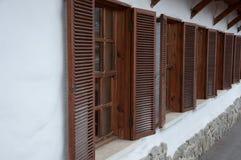 Träfönster med slutare långsiktigt Arkivfoto