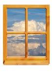 Träfönster och himmel Arkivbild