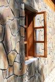 Träfönster på stenväggen royaltyfri foto