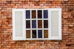 Träfönster på tappningtegelstenväggen Royaltyfria Foton