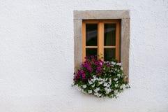 Träfönster som dekoreras med blommor fotografering för bildbyråer