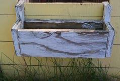 Träfönsterblommaask med gammal bedrövad målarfärgtappning Arkivbild