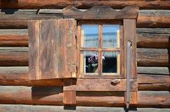 Träfönstret med slutaren gammal husjournal Royaltyfri Fotografi