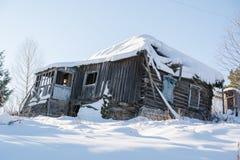 träförstört hus Det gamla huset har kollapsat Forntida hus i Ryssland Arkivfoto