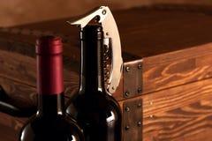 Träfall med flaskor av vin Arkivfoton