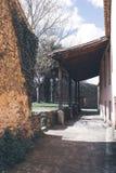 Träfarstubro i trädgården av ett gammalt hus arkivbilder