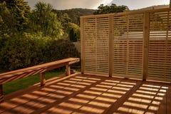 Träfarstubro med ljus och skuggor från solnedgång royaltyfri foto