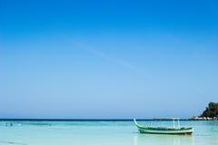 Träfartyg för litet fiske i det blå havet och himmel Royaltyfri Fotografi