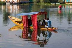 Träfartyg och indierfolk i sjön Srinagar Indien Royaltyfri Bild