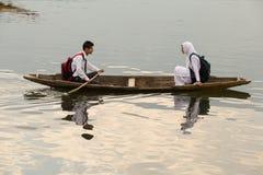 Träfartyg och indierfolk i sjön Srinagar Indien Arkivfoto