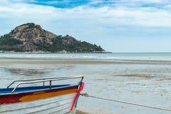Träfartyg på sanden sjösidan på Suan Pradipat royaltyfri fotografi