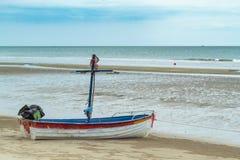Träfartyg på sanden sjösidan på Suan Pradipat royaltyfria foton