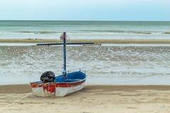 Träfartyg på sanden sjösidan på Suan Pradipat arkivfoto