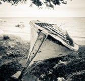 Träfartyg på stranden i sepia Royaltyfri Foto