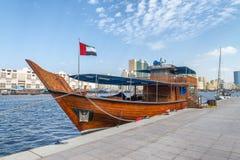 Träfartyg som anslutas längs Dubai Creek, UAE royaltyfri fotografi
