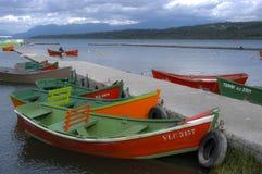Träfartyg som binds till skeppsdockan Arkivfoton
