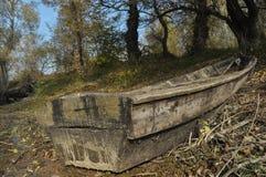 Träfartyg som förtöjas på kusten Royaltyfri Bild