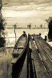 Träfartyg som parkeras av väven Arkivbilder